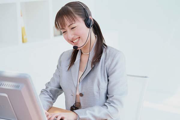 インカムをつけて電話対応し、パソコンに情報等を入力していきます。