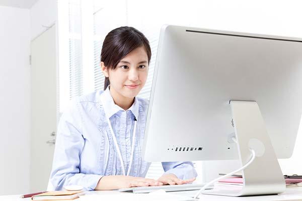 事務業務をこなす女性