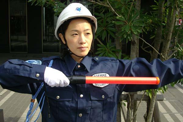 交通誘導している警備員