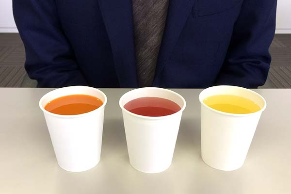 紙コップに様々な飲料が注がれて並んでいる様子