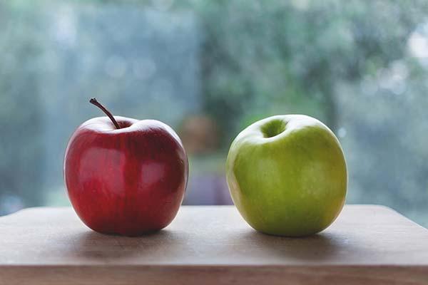 赤いリンゴと黄緑のリンゴ、どちらを選ぶ?